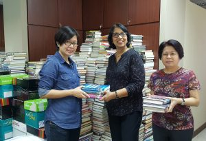 Dr. Gina de Alwis, SIM Senior Manager Library Services (centre), Ms Lee Kay Seok,  Senior Library Officer (right), Ms. Susan Pey, iGroup Country Manager (left)